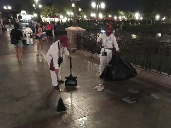 男孩迪士尼乐园草地上大便 烟花秀后垃圾一地