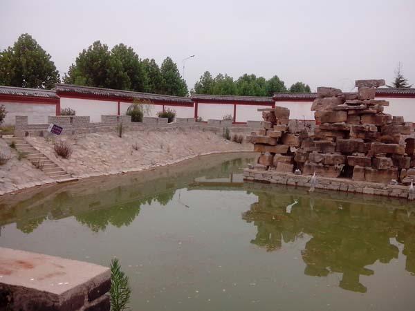 事发地金山镇泊船山风景区徐福庙立面的池塘.