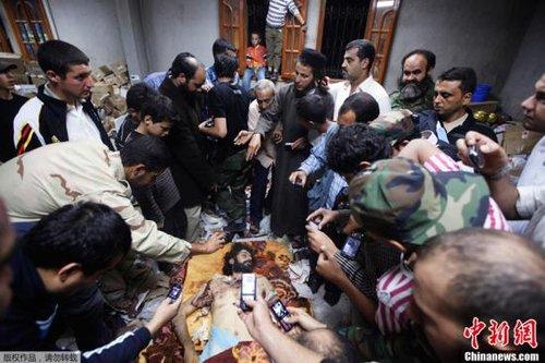 验尸报告显示卡扎菲死于枪伤 尸体将交给亲属