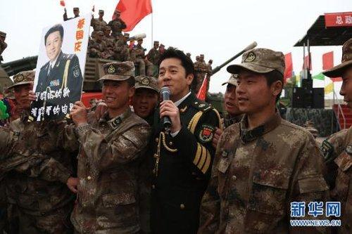 资料图:总政歌舞团演员蔡国庆在南疆军区某炮兵团进行慰问演出-环