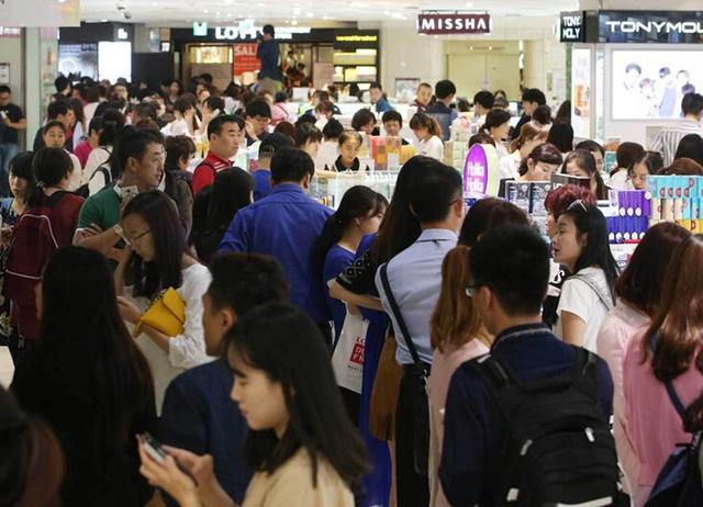 中国人挤爆韩国免税店 日商家期待中国游客爆买