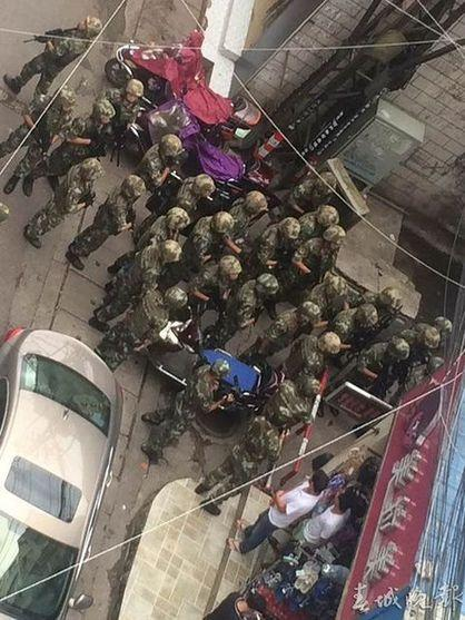 昆明城中村11人聚众斗殴 警方缴获管制刀具12把