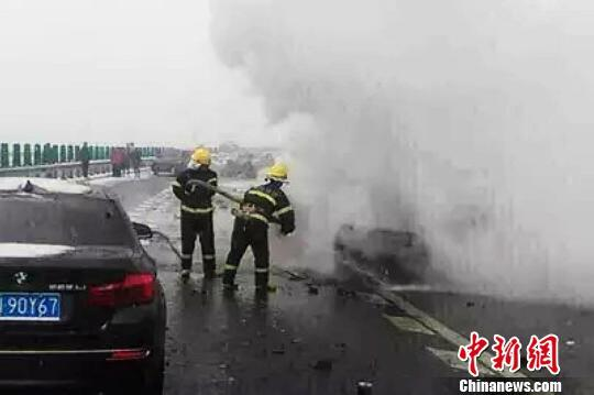 京承高速十余辆汽车连撞 高速一度关闭高清图片
