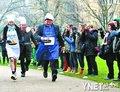 英国政要参加煎饼大赛 为慈善机构募捐