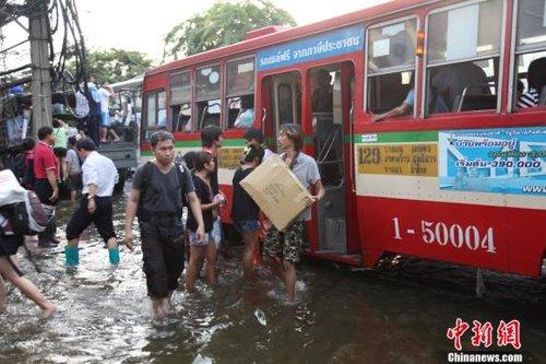 洪水逼近曼谷闹市 多个地铁站外街道面临关闭