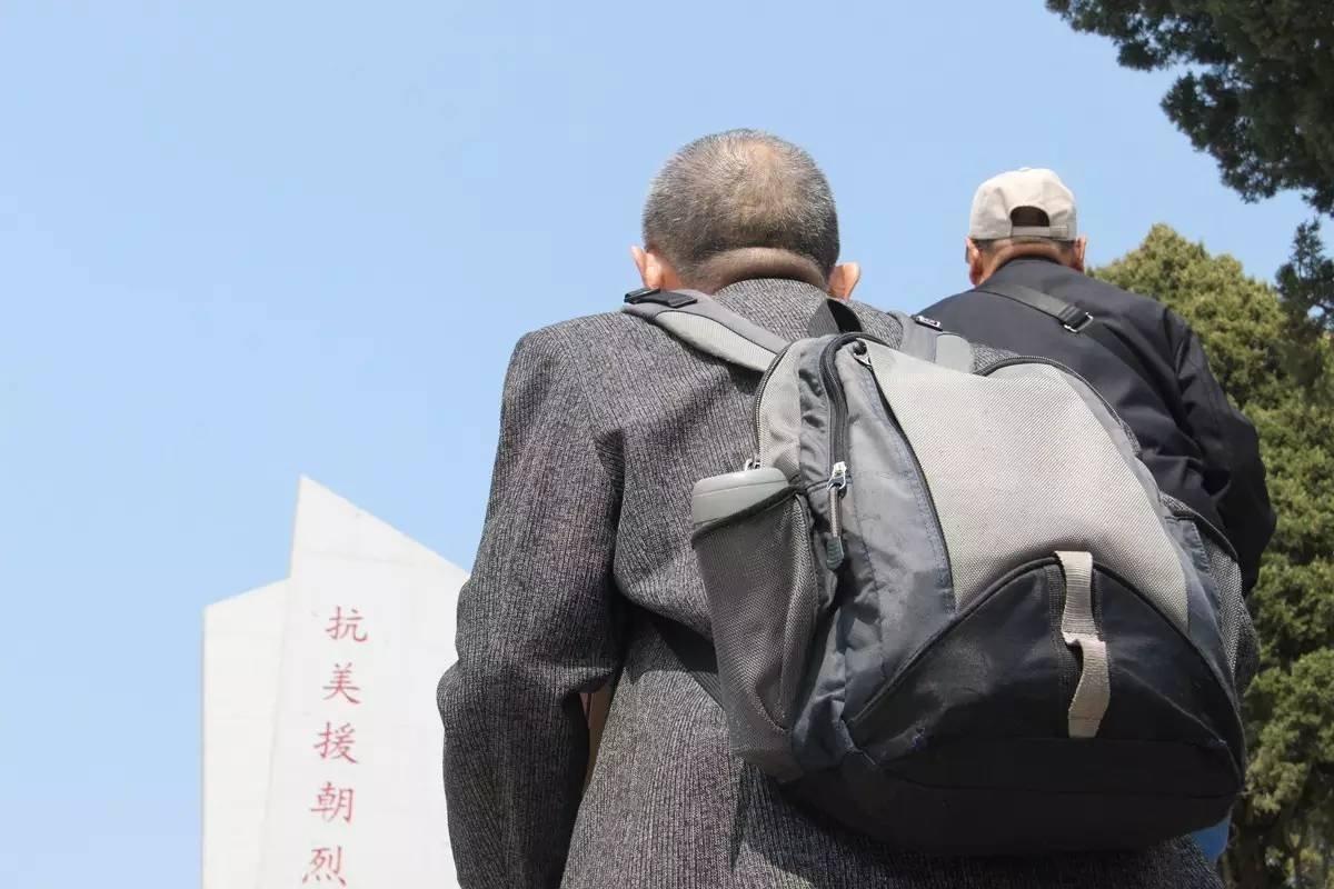4月2日下午,陈亚洲来到开城志愿军烈士陵园祭拜父亲。