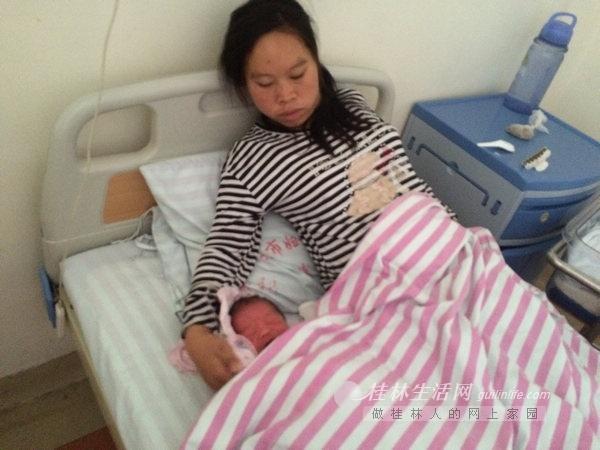 孕妇突然肚子疼分娩 行人围 墙护产