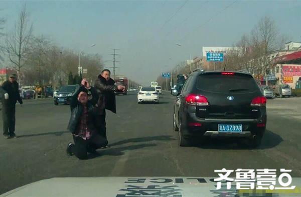 济南3岁儿童突发急症 家长下跪拦警车求助