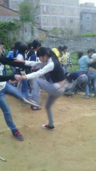 州初中女生打架扒衣_网曝广西一初中女生两帮派打架 现场一片混乱