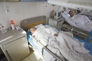 烫伤的小中南正在医院等待接受治疗