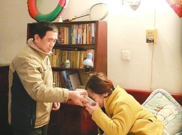 黄洋父亲喂妻子喝药。