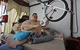 世界最胖坚持在床上做运动 已减掉500斤