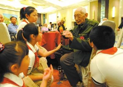 40位抗战老兵重阳聚会 给小学生讲抗战故事(图)