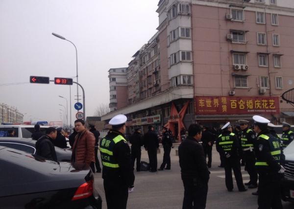 安徽六安持枪歹徒逃入网吧 劫持7人与武警对峙