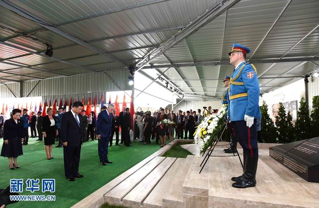 习近平和彭丽媛凭吊驻南联盟使馆被炸牺牲烈士