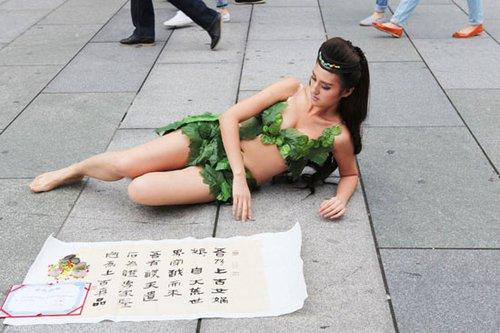 """北京一女子自称""""女娲娘娘"""" 随身带专家鉴定书"""