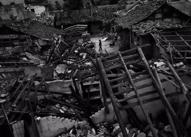 2008年5月22日,四川省彭州市通济镇,地震后的废墟。