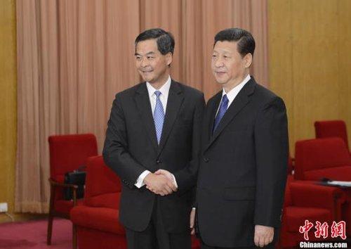 3月18日,国家主席习近平在中南海会见了来京列席十二届全国人大一次会议的香港特别行政区行政长官梁振英。中新社发廖攀摄