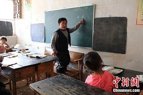 """残疾教师代课20年 官员称转正""""影响形象"""""""