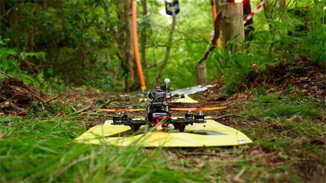国外高颜值+高智商+有钱男子都在玩这个:无人机竞速赛!