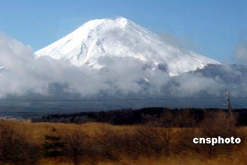 日本富士山再发现30米长裂缝 可能会引发山崩