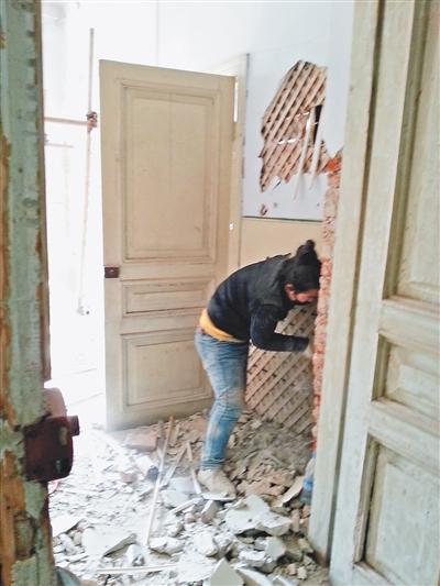 哈尔滨一历史建筑遭破坏性改建 加钢筋填水泥