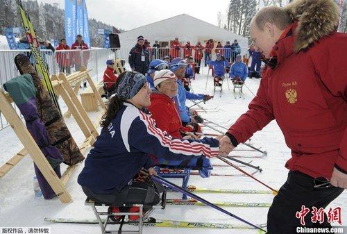 普京观看残疾人冬季两项比赛,并亲自体验射击乐趣