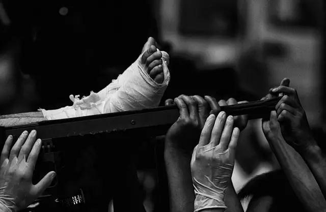 2008年5月23日,在四川省绵阳市火车站,众人托举着地震受重伤者上火车。当天,265名在地震中受伤的人被运往武汉救治。