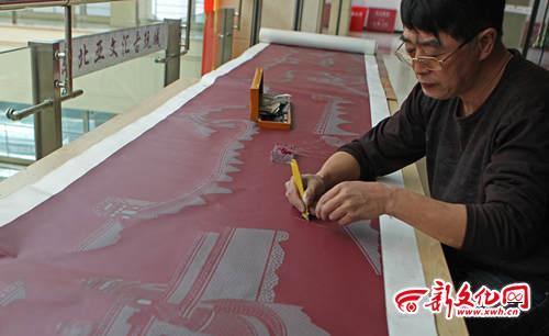长春男子自创浮雕纸刻 用刀在纸上刻出万里长城