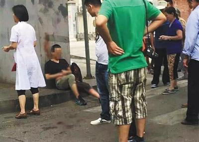 """男子公交站杀人致1死2伤 疑因""""车上踩脚"""""""