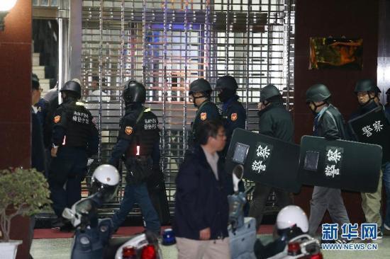 2月11日,警察聚集在高雄大寮监狱。台湾高雄大寮监狱11日下午发生挟持事件,6名服刑人员抢夺枪支,挟持典狱长等人质,警方随后派出逾200警力及特警荷枪实弹包围监狱。截至22时,这6名服刑人员仍在与警方对峙,尚无人员伤亡。新华社发 新华网 视频:台湾高雄大寮监狱挟持事件:犯人举枪自尽 两名人质平安来源:央视新闻