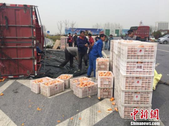 货车侧翻30多吨桔子散落一地 群众救援无人哄抢