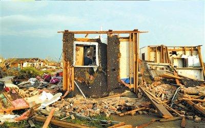 龙卷风袭击美国24人丧生 数十名小学生失踪(图)