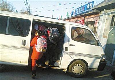 昨日下午,清红蓝小学外的金杯车载了13名学生和1名老师后离开。