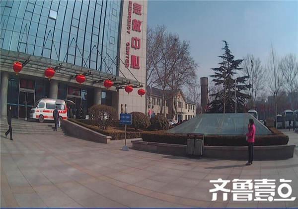 济南3岁小儿突发急症 家长下跪拦警车求相助