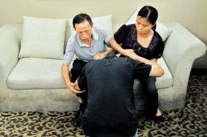 昨日,深感愧疚的廖天野长跪在父母面前,恳求原谅,一家人重归和睦。深圳特区报记者 何龙 摄
