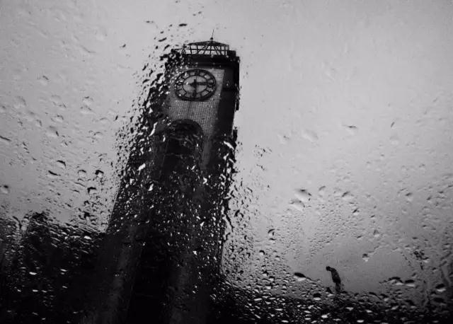 """四川省绵竹市汉旺镇,震后雨中的广场钟楼,指针永远停在了地震时刻""""2点28分""""。"""