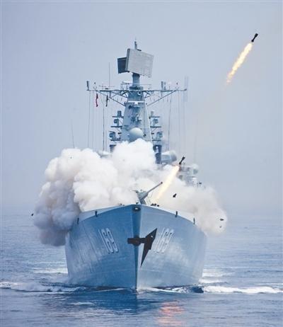 """7月10日,在""""海上联合-2013""""中俄海上联演中,中国海军参演军舰发射反潜火箭深弹打击水下目标。本报记者 孙 阳摄"""