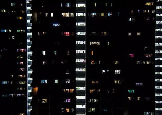 87%的新加坡人住在这种政府提供的廉价组屋里。一个街区内,人们的生活和住处由价格来衡量,有些夫妻平均要等上4-5年才能搬到新房居住。
