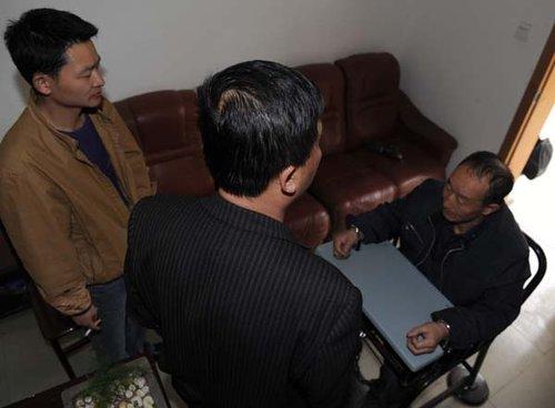 民警在对抓获的贩毒嫌疑人进行讯问