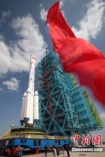 """9月20日11时38分,发射塔架开始关闭,等到""""天宫一号""""发射前40分钟才能打开。中国载人航天工程新闻发言人当天对外宣布,中国将于9月27日至30日在酒泉卫星发射中心择机发射""""天宫一号""""。中新社发 秦宪安 摄"""