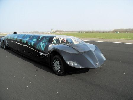 """""""超级巴士""""只是荷兰一支大学团队研发出来的概念车,网络上流传的图片是当年荷兰生产商在迪拜参加运输博览会时的照片。CFP图"""