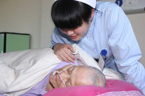 90后美女护士从事临终关怀