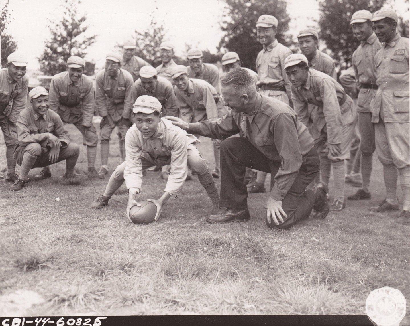 西雅图的切斯特・麦克格鲁中尉向一群中国士兵讲解橄榄球。汉德瑞克斯五级技术军士拍摄于1944年10月15日。