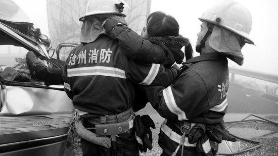 京沪高速青县段一面包车与货车追尾致5死9伤