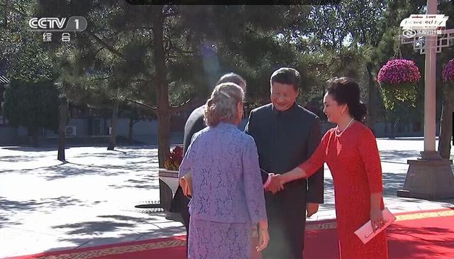 习近平携夫人彭丽媛迎接各国嘉宾,彭丽媛正与潘基文握手。