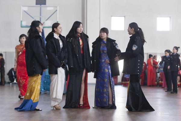 吉林女子监狱办春晚 女警与女犯同台秀婀娜身姿