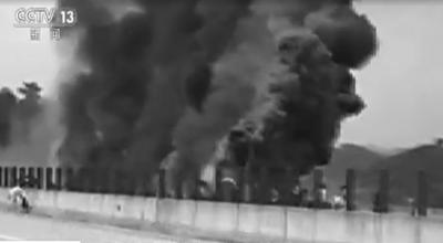 目击者拍摄画面显示,事发时浓烟滚滚。央视截图