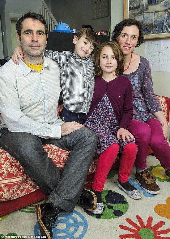 英国患脸盲症男子与家人合影。