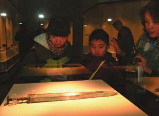 吴王夫差剑亮相西安 2400多年仍锋利无比(图)
